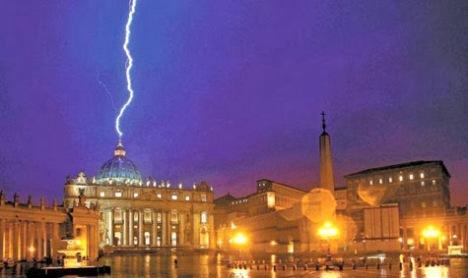 La imagen del rayo cayendo sobre la Basílica de San Pedro en el Vaticano, el mismo día que renunció el Papa Benedicto XVI, dió la vuelta al mundo.